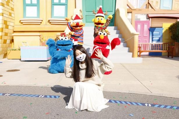 セサミの仲間によるかわいいダンスの後は、記念撮影を! しゃがむとミニサイズになるクッキーモンスターもかわいい
