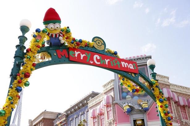 ミニオンがクリスマスの看板を書いて、エリアをハチャメチャに装飾
