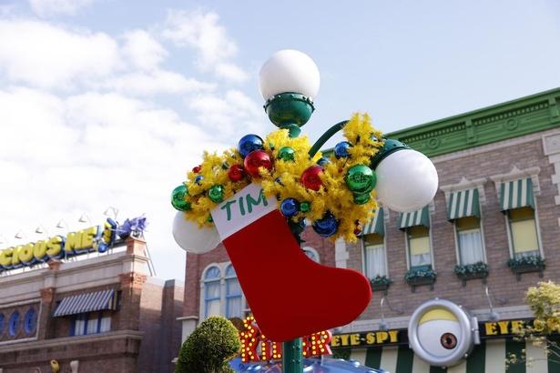 街灯にはプレゼントを待ちわびるミニオンたちの巨大くつ下が
