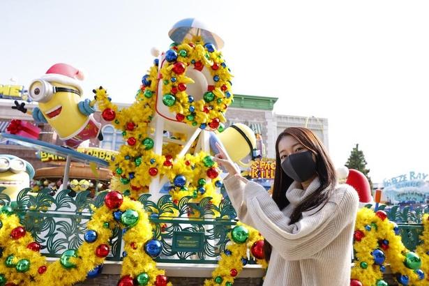 噴水スポットにはミニオンが大好きなバナナが飾られたリースも!