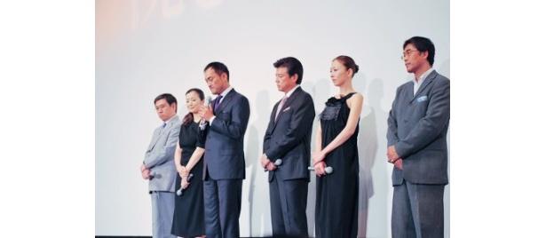 映画「沈まぬ太陽」の初日舞台あいさつに出席した石坂浩二、鈴木京香、渡辺謙、三浦友和、松雪泰子、若松節朗監督(写真左から)