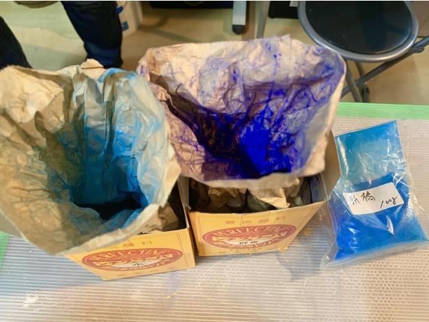 青い着色剤だけでも3種類。三浦は写真左の鮮やかな水色にひとめ惚れ