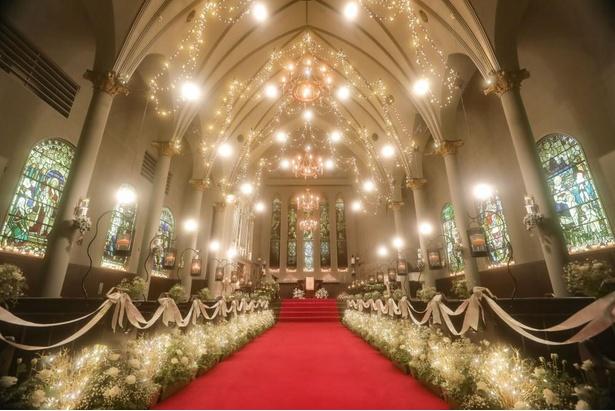 教会には1000本のバラに包まれた18メートルのヴァージンロードがある