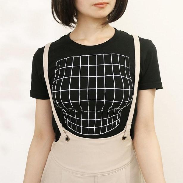 アンダーバストに影が落ちているように見える「妄想マッピングTシャツ/ Illusion grid」。