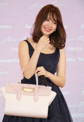ファンによる事前投票で1位になったバッグを持って登場した小嶋陽菜