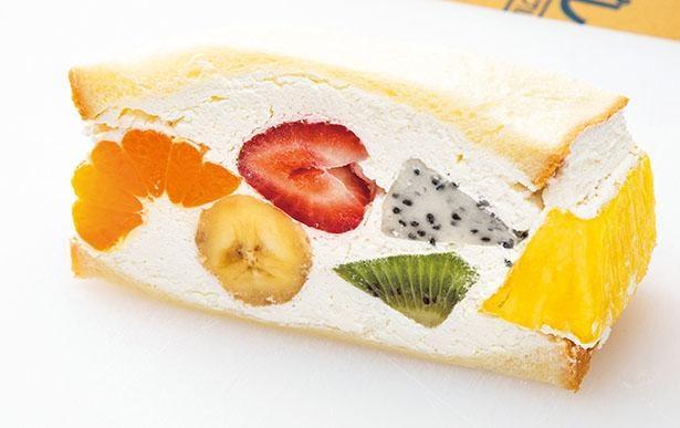 「ミックスサンド」(時価、税込550~650円)は、季節のフルーツを自家製クリームでたっぷりサンド / mahalo Fruit sandwich