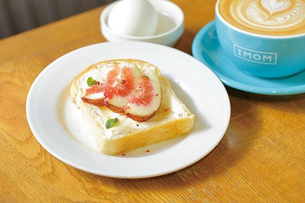 「イチジクとクリームチーズのトースト モーニングセット」(ドリンク代+税込200円)はモーニングに追加料金でバタートーストからグレードアップ / IMOM COFFEE ROASTERS