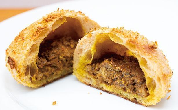 「チャイニーズキーマカレーパン」(税込350円)は、3日間かけて低温発酵させたパン生地で、キーマカレーを包んで焼き上げる /  KOCHAB BAKERY