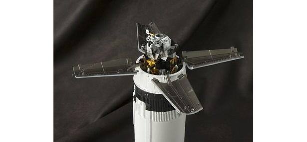宇宙船アダプタを開けると月着陸船が現れる