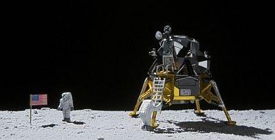 台座には月面プレートも付属され、月面着陸シーンを再現できる