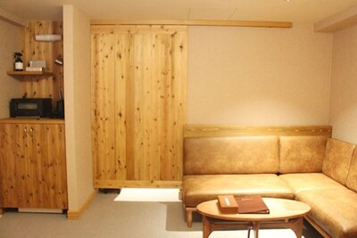 引き戸を閉めた様子。客室にも木目を取り入れ、ロッジの世界観を表現している