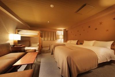 セミダブルベッド2台に、2段ベッドを備えたファミリー/フレンドスイートルーム。ミニキッチンで簡単な調理もできる