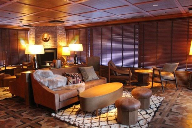10階の「BAR IGNIS(イグニス)」。ソファやロッキングチェアなど、さまざまなタイプの席がそろう