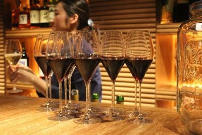夕刻にはワインを無料で提供