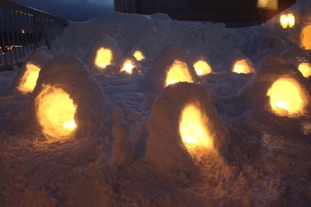 「BAR IGNIS(イグニス)」の店内から眺めることができる、テラスに並ぶ小さなかまくら。雪国ならではの幻想的な光景にうっとり!