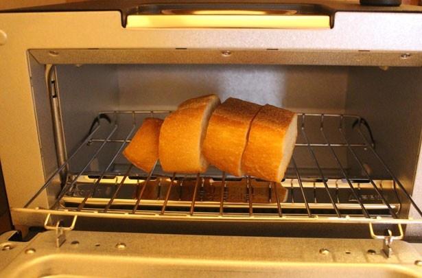 ロッジ風の部屋で味わう、温かいパンは格別のおいしさ!