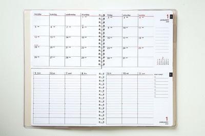 日付入りツイン手帳。上が月間、下が週間のスケジュール帳