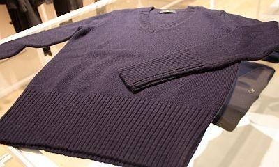 「W(+J)ミドルゲージカシミヤVネックセーター(長袖)」(1万2900円)は、ネイビー、ブラック、グレー(2色)の4色展開
