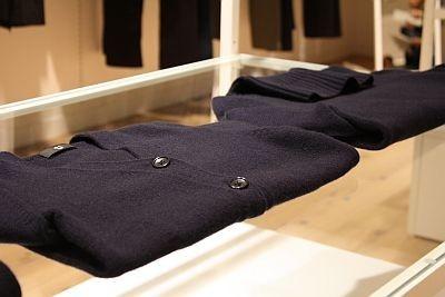 「W(+J)ミドルゲージカシミヤVカーデガン(長袖)」(左)と、「同 タートルセーター(長袖)」(奥、各1万2900円)。いずれもネイビー、ブラック、グレー(2色)の4色展開