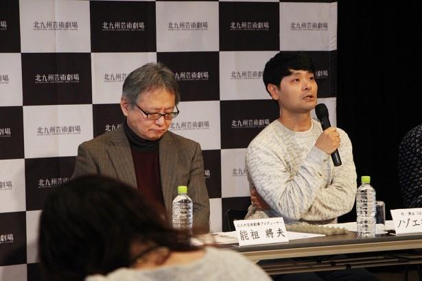 【写真を見る】プロデューサー能祖將夫(左)と、作・演出のノゾエ征爾(右)。去る1月27日に製作発表会見が北九州芸術劇場にて行われた