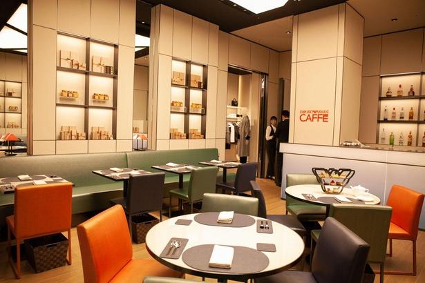 「EMPORIO ARMANI CAFFÈ」の店内はミラノのアルマーニカフェをイメージしたデザイン