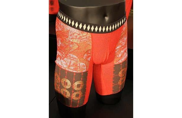 黒地のほかに、赤地ベースのパンツもあり。真田昌幸デザイン(赤)