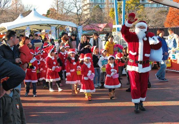 サンタ姿の子供たちが園内を元気よくパレードする※画像は過去の様子