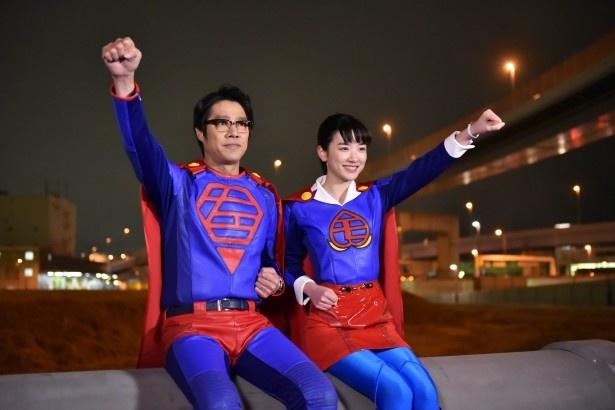 3月4日(土)放送の第8話で、スーパースーツ姿を披露する永野芽郁(右)と堤真一(右)