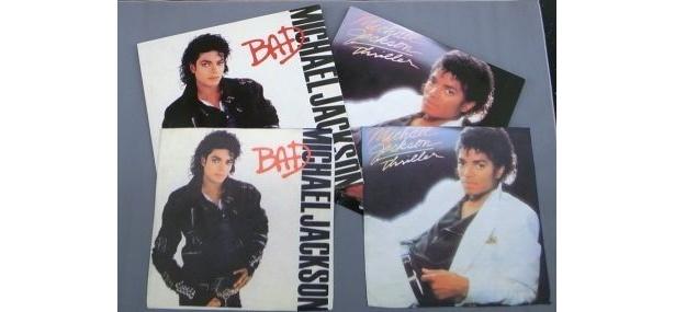 名盤「BAD」と「スリラー」のジャケットをそのままイメージしたマイクロファイバータオル(各¥500)