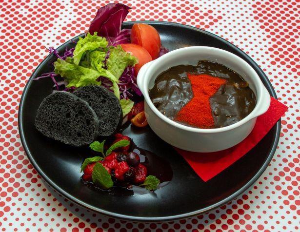 スタイリッシュなひと皿「『ブラック・ウィドウ』漆黒の『ブラック』・イカ墨グラタン」