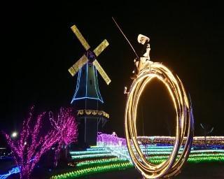 """巨大風車が光りながら回転!茨城県土浦市の霞ヶ浦総合公園で「第9回光がつくる""""Art""""水郷桜イルミネーション」が開催中"""