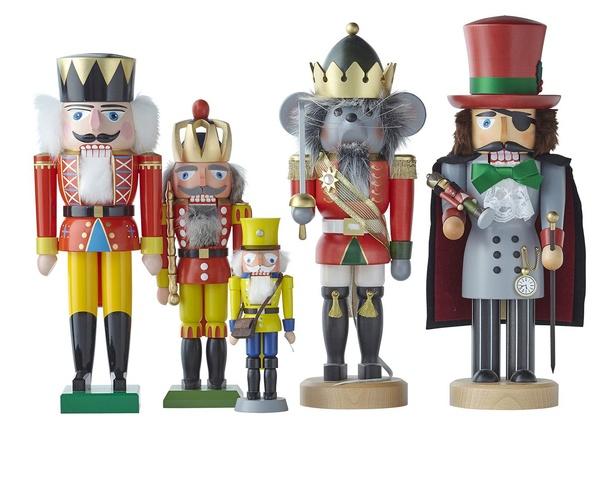"""ドイツ・エルツ地方の伝統工芸品「ヴァルト」による""""くるみ割り人形""""。左から、赤の王様(約36cm)¥25685(税込)、透かし王冠の王様(約32cm)¥12155(税込)など※販売期間~12月8日(火)"""