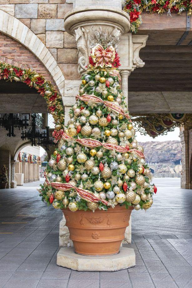 華やかなクリスマスツリーのデコレーション