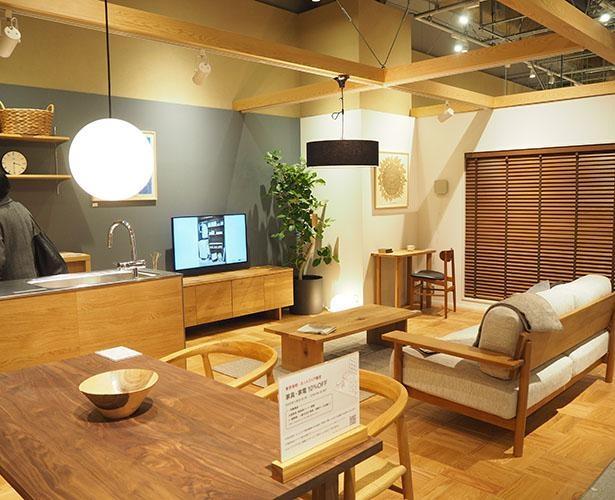 素材感を生かした建材や収納家具を使った空間が広がる