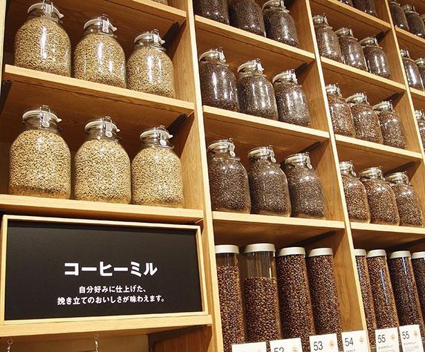 【写真】コーヒー豆やナッツが棚の上までズラリと並ぶ「量り売り」のコーナーは、見ているだけでワクワクした気持ちに!