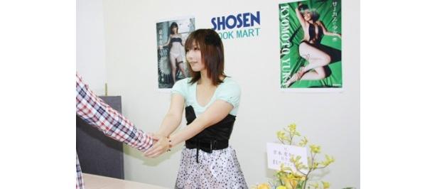 記者会見終了後には、ファンとの握手会も開催した