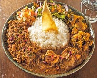 こだわり食材・土曜日の「混盛」(1400円)。定番をベースに厳選素材を使うカレーと副菜は旨味が濃厚/curry bar nidomi