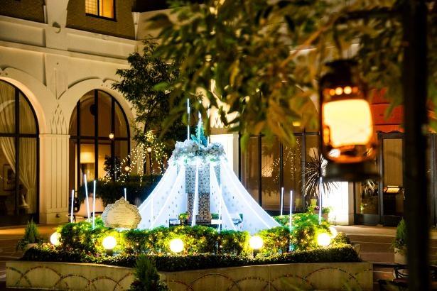 ホテルオークラ東京ベイの中庭・コートヤードに登場するアニバーサリーケーキ