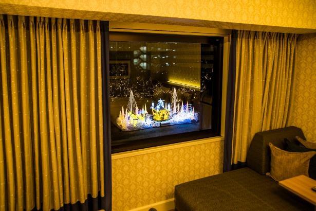 ホテル客室からはまばゆい光の馬車が見られる