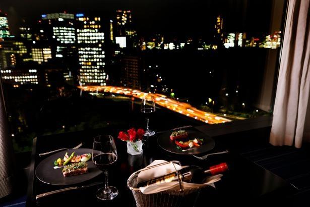 軽食からディナー、朝食まで種類豊富なルームサービス。ホテルに入っているレストランのメニューも一部注文が可能(写真はイメージ)