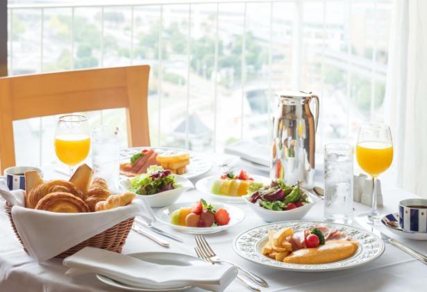 インルームダイニングはアラカルトやドリンク、朝食などメニューが充実(写真は朝食のイメージ)