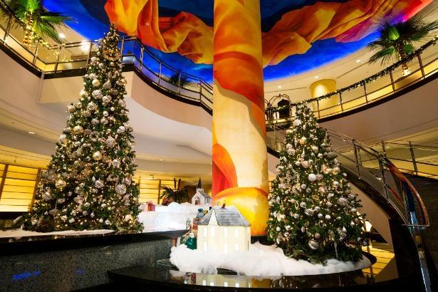 1階ロビー吹き抜けに登場するツリーは12月25日(金)まで