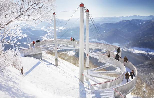 【写真】テラスには、雲型のユニークな展望デッキ「クラウドウォーク」が設置され、雪山を散歩できるようになっている