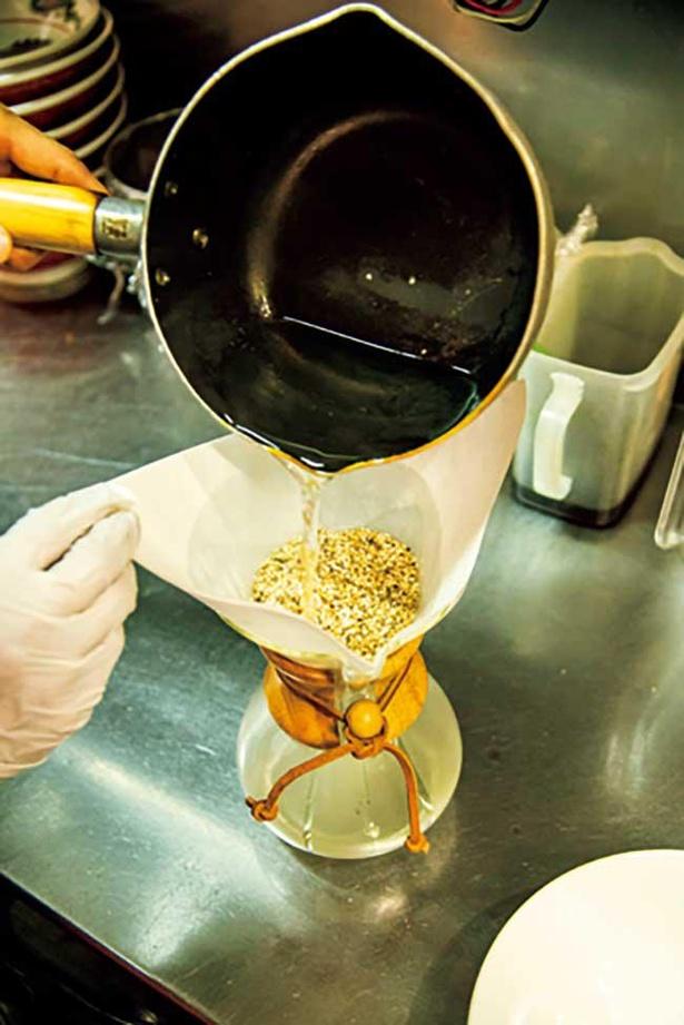 【写真】ラーメンのスープはコーヒー用のドリッパーを使い、和風だしを取る