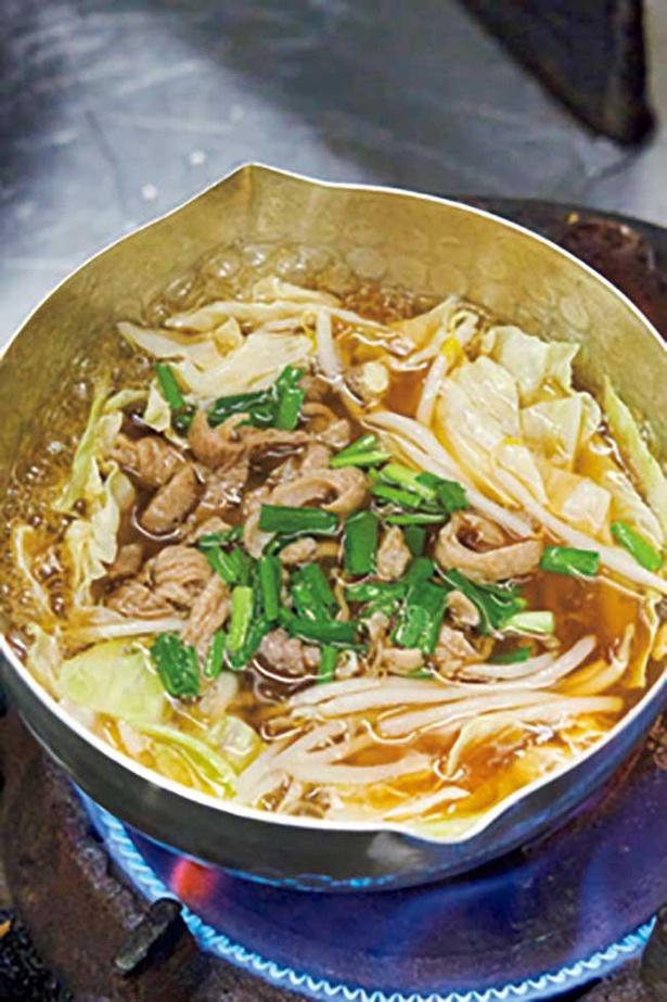 【写真】ラーメンのモツは醤油ベースの甘辛いタレで煮込んで味付け
