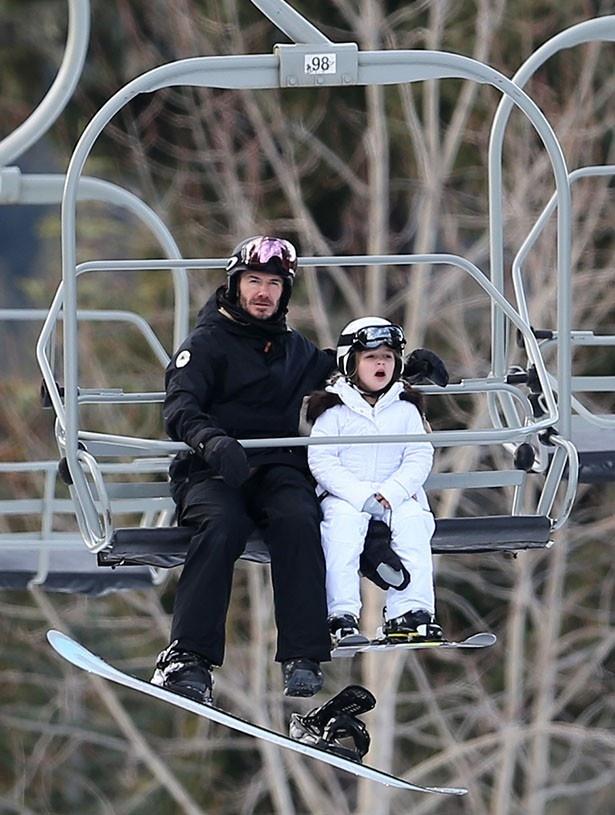 スキー旅行でのデビッドと娘ハーパーの様子がパパラッチされた