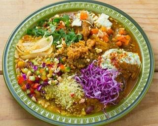 「大陸カレー(1日30食限定)」(950円)。巧みなスパイス使いが好評なカレーは豆やチキン、キーマの3種/スパイスカレー 大陸