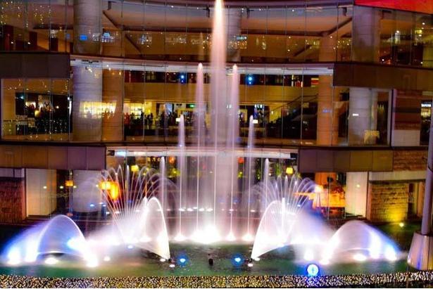 【写真】輝くツリー型の巨大噴水が、各ショーの間の時間に出現「アクアツリー」