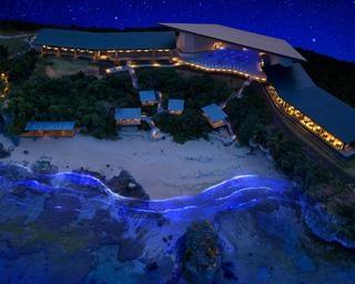 青く光る海と白く輝く波の共演、沖縄県読谷村で「イルミーバンタ」開催中