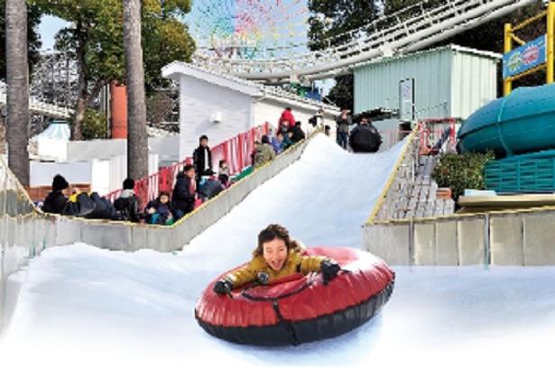 全長約32メートルのコースをゴムボートで滑り降りる「巨大スライダー」。親子で一緒に乗ることもできる(中学生以上同士は不可)